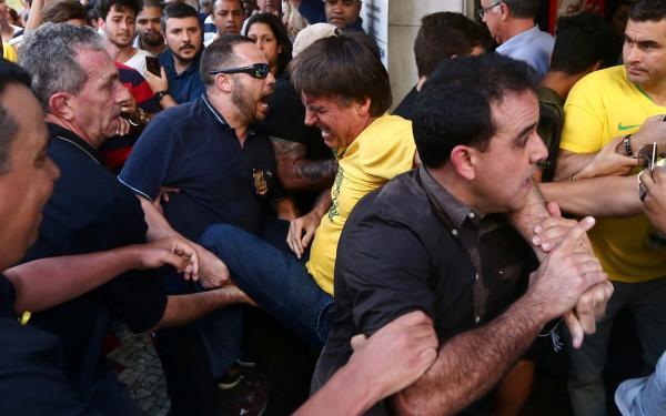 Bolsonaro leva facada durante ato de campanha em Juiz Fora, diz Polícia Militar de Minas