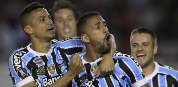 Grêmio supera baixas, anula River e vence semi na Argentina