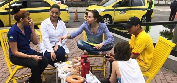 Artistas tentam 'virar votos' nas ruas