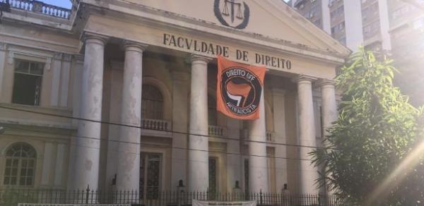 Faixa antifascista, sem nenhuma referência eleitoral, foi retirada da Faculdade de Direito de Niterói / Foto: Reprodução/Facebook