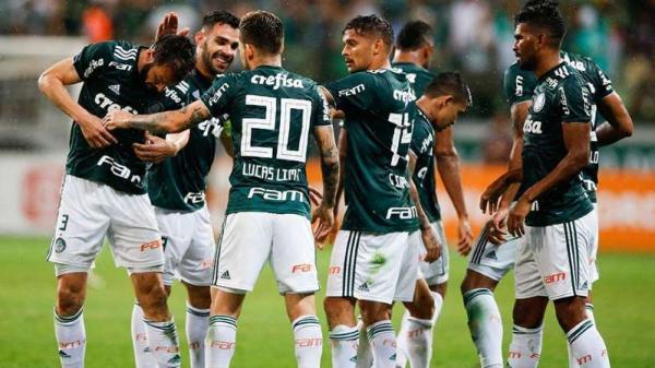 etty Images Jogadores do Palmeiras comemoram durante vitória sobre o Santos