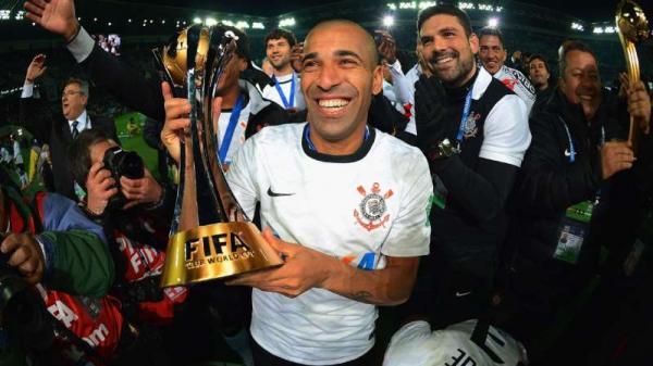 Getty Images Emerson Sheik, do Corinthians, com o troféu do Mundial de Clubes 2012