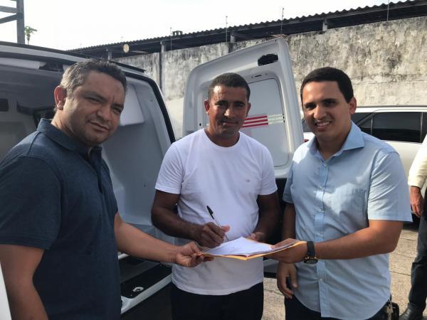 Pau D'arco: Prefeito Fredson Pereira e vereador Carlos do Pequi recebem ambulância do deputado Cássio Andrade