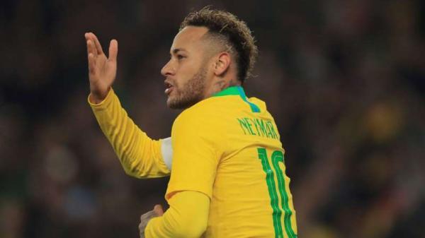 Neymar faz de pênalti, Brasil vence Uruguai em Londres e segue perfeito pós-Copa