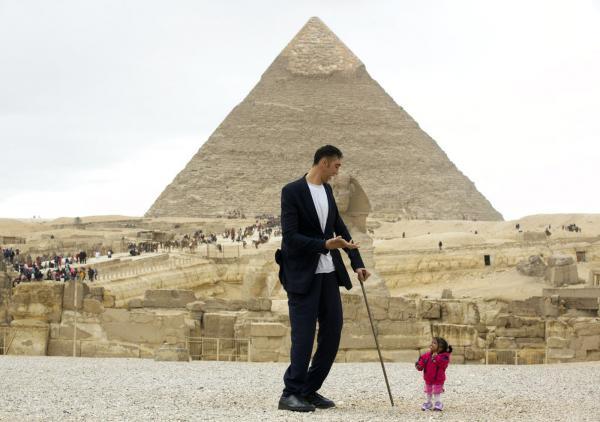 Homem mais alto do mundo e mulher mais baixa do mundo se encontram pela primeira vez