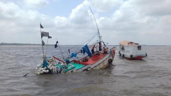 Vídeos mostram naufrágio de embarcação na Baía do Marajó; asssista!