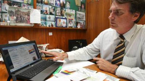 Bolsonaro inicia caçada a servidores de oposição pelas redes sociais