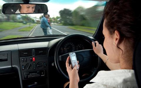 Detran alerta condutores sobre prática de usar celular ao dirigir