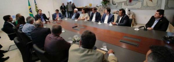 Maia defende pactuação com PT e desagrada clã Bolsonaro