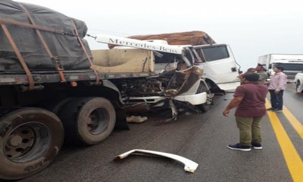 Acidente entre uma carreta e um caminhão deixa motorista preso nas ferragens na BR-230