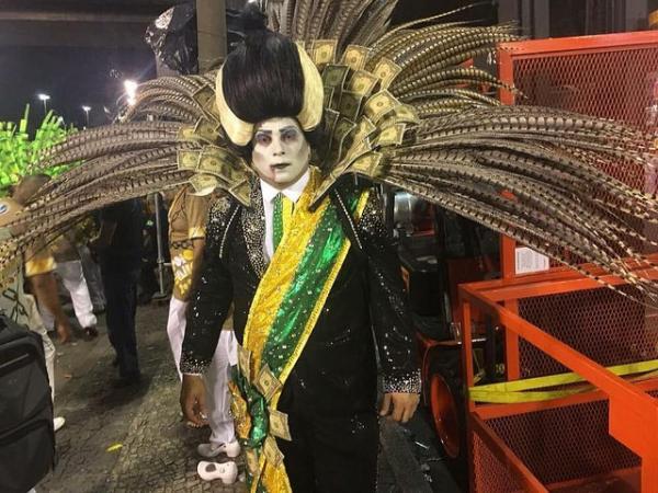 Paraíso do Tuiuti denuncia golpe e critica reformas do governo Temer na Sapucaí