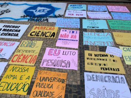 Estudantes entram com mandado de segurança contra cortes na Educação