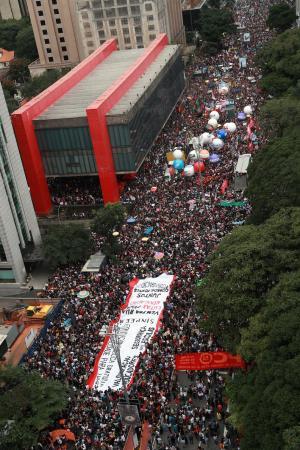 Bolsonaro diz que manifestantes contra cortes na educação são idiotas úteis e massa de manobra