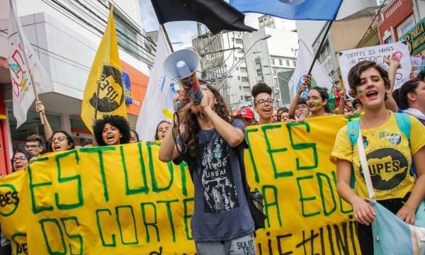 Milhares vão às ruas contra cortes na educação; Bolsonaro critica 'idiotas úteis'