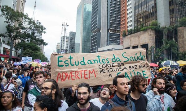 O medo muda de lado após multidão estudantil peitar Bolsonaro