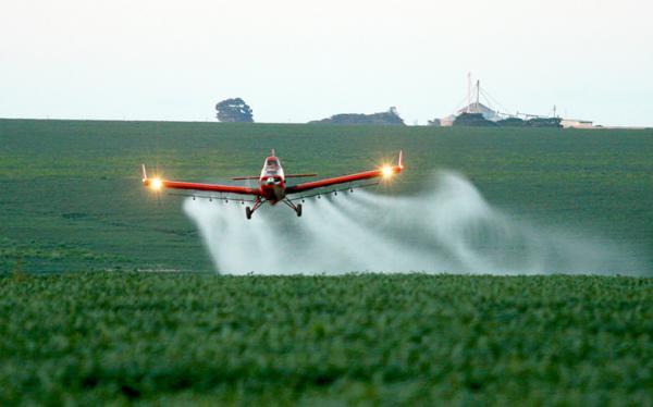 Projeto que proíbe pulverização aérea em MT recebe parecer contrário da comissão de meio ambiente