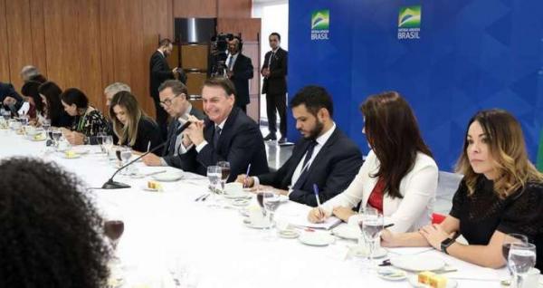 Bolsonaro critica STF, fala em juiz evangélico e ganha Bíblia de repórter da Globo