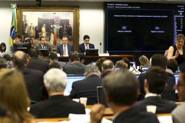 Comissão aprova texto-base da reforma da Previdência