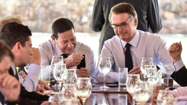 Bolsonaro com o vice-presidente Hamilton MourãoImagem: Governo de transição