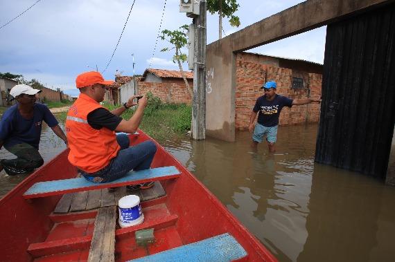 Defesa Civil entrega cestas básicas a famílias atingidas pela enchente em Marabá