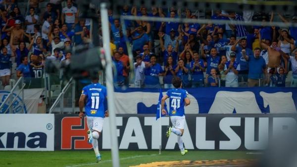 Torcida do Cruzeiro entoa grito homofóbico e jogo segue mesmo com proibição