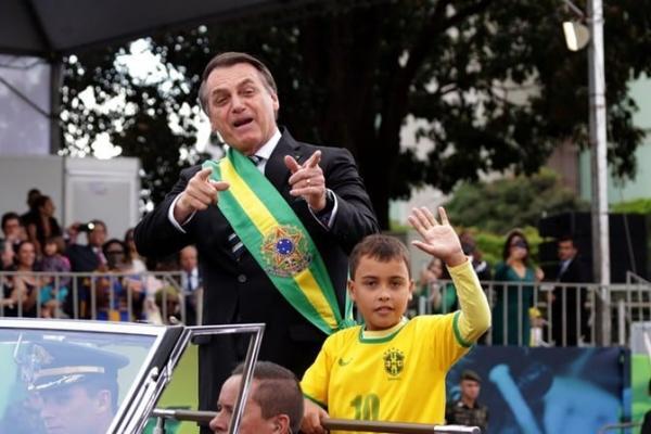 """Globo chama menino que acompanhou Bolsonaro de """"moleque imbecil"""", gera revolta e se pronuncia"""