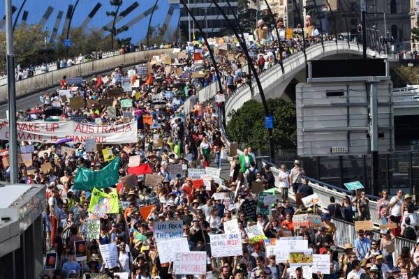 Greve pelo Clima: na Austrália, manifestantes cruzam a ponte Victoria, em Brisbane. — Foto: AAP Image/Darren England/via Reuters