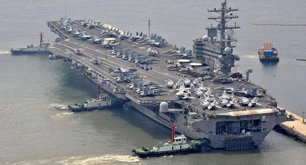 Porta-aviões americano Ronald Reagan, que participa de manobras navaes