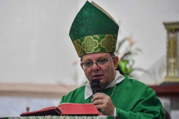 O bispo dom Wilmar Santin celebra missa em Itaituba, no Pará (Foto: Nelson Almeida - AFP)