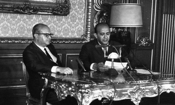 O ministro da Justiça, Luís Antônio Gama e Silva, ao lado do locutor Alberto Curi