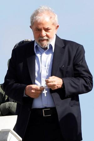 Ex-presidente Lula retorna à Superintendência da Polícia Federal em Curitiba apos acompanhar o funeral do neto Arthur. Ele tentou, mas não foi autorizado a ir ao velório do irmão, Vavá, semanas antes Rodolfo Buhrer - 2.mar.2019/Reuters