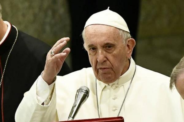 Papa Francisco compara políticos que atacam homossexuais e judeus a Hitler