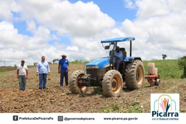 Piçarra: Agricultores beneficiados com gradeação do solo