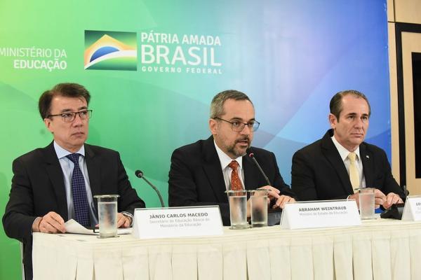 Ministro da Educação, Abraham Weintraub (centro), destacou o uso de critérios técnicos para escolher os municípios — Foto: Luís Fortes/MEC