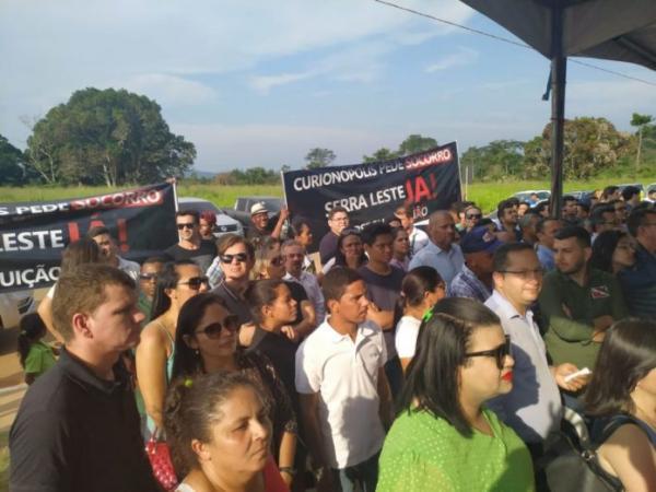 Moradores de Curionópolis recebem Helder Barbalho com protestos em Parauapebas