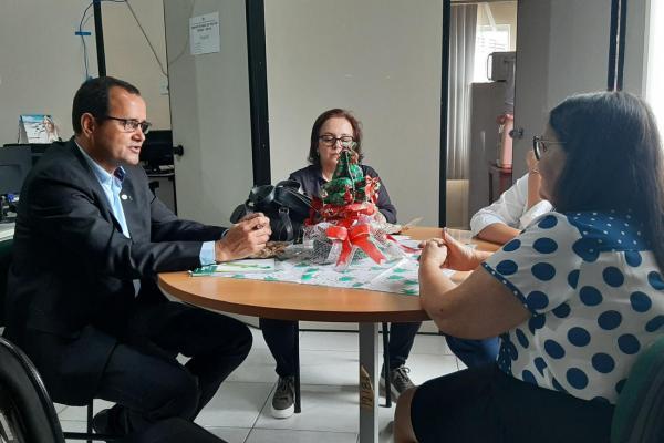 O diretor do Departamento de Gestão do Crédito Fundiário, Carlos Everardo (e), em reunião na Sedap. Foto: Ascom / Sedap