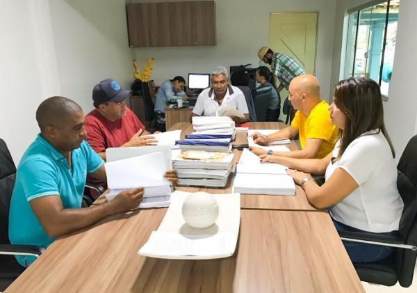 Comissão reunida diante das contas do ex-prefeito Davi Passos