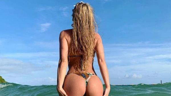 Livia Andrade aproveita folga para curtir mar de Salvador: