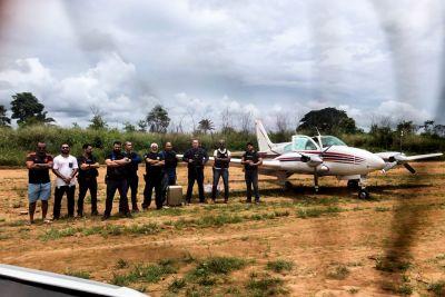 O piloto da aeronave foi preso e o copiloto conseguiu fugir. Polícia também apreendeu um revólver calibre 38 e 100 litros de combustível.