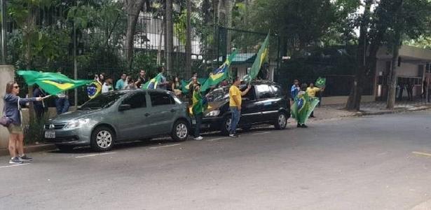 Protesto na frente da case do ministro do STF Alexandre de MoraesImagem: Reprodução Do UOL, em São Paulo