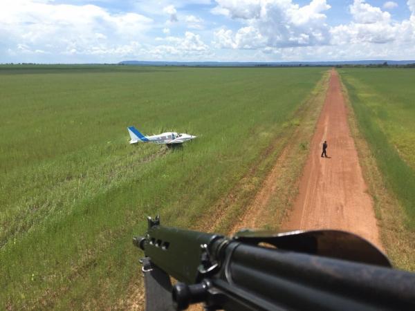 Aeronave com 500 kg de cocaína é interceptada pela FAB e faz pouso forçado em MT