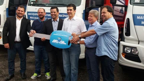 Helder entrega caminhões a mais 8 municípios do Pará