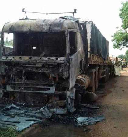 Caminhão envolvido em acidente que matou quatro policiais é incendiado no sul do Pará