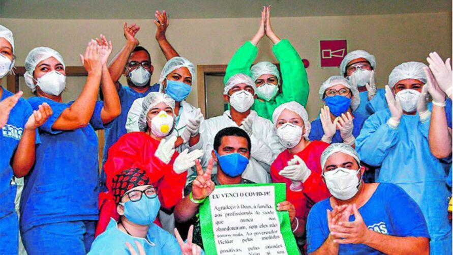 Profissionais do Hospital Abelardo Santos comemoram mais uma vitória contra o vírus. O Estado já ultrapassou a marca de 90 mil pessoas recuperadas do coronavírus. | Marcelo Seabra/Agência Pará
