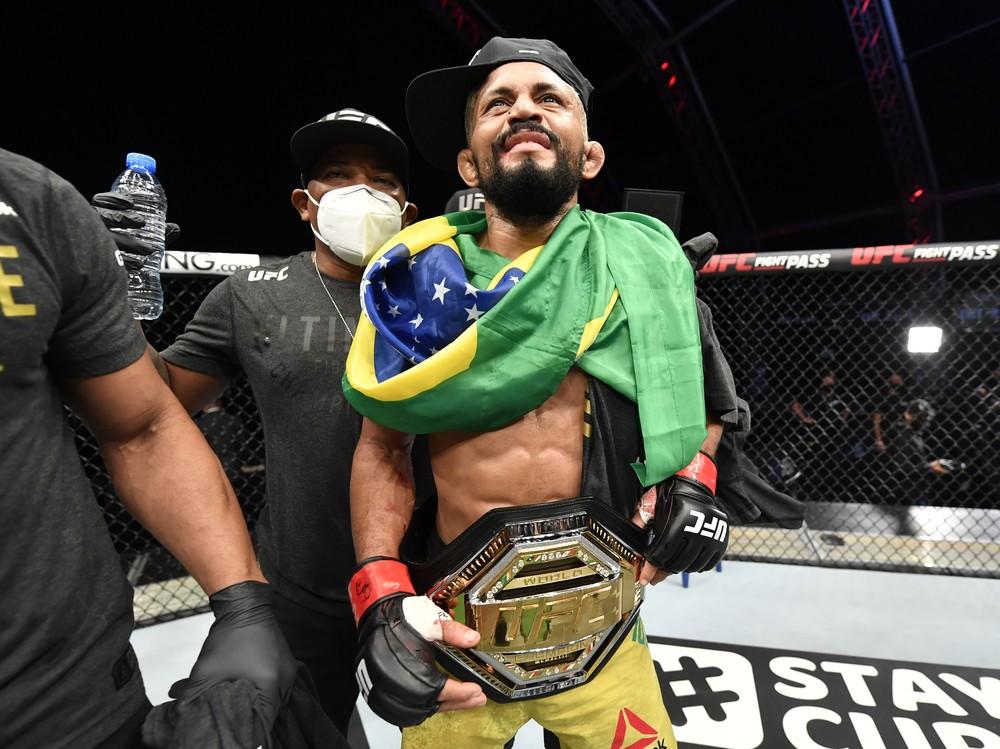Deiveson finaliza Benavidez e conquista o cinturão dos moscas do UFC (Foto: Reprodução/UFC)