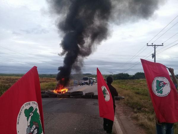 Brasil amanhece pichado e em chamas contra a prisão de Lula