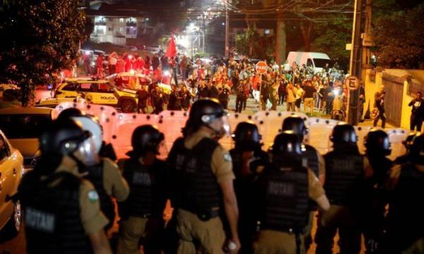 Confronto entre manifestantes e PF em Curitiba deixa 9 feridos
