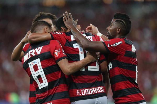 Despedida de Julio Cesar no Flamengo tem protesto contra presidente
