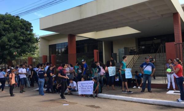 Escolas caindo aos pedaços forçam protestos de estudantes