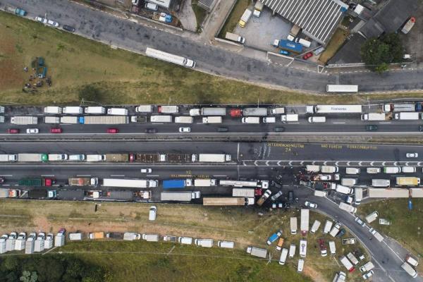 Caminhoneiros são convocados para novo ato, agora em Brasília